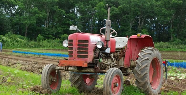 旧型のトラクター